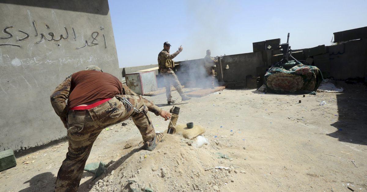 """Іракські солдати стріляють з міномету під час бою з бойовиками """"Ісламської держави"""" у провінції Анбар. @ Reuters"""