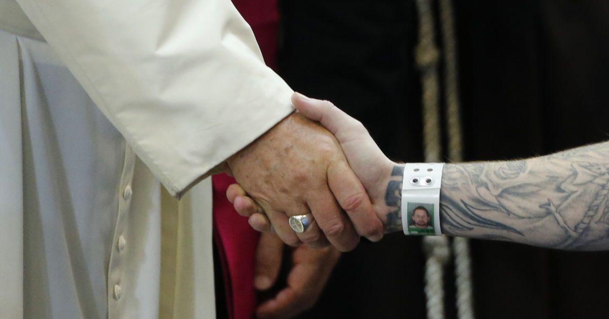 Папа Римський Франциск потискає руку ув'язненому під час зустрічі із засудженими у виправній колонії в Філадельфії (США). @ Reuters