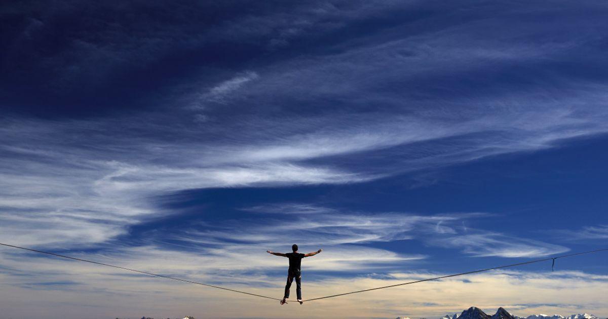 Француз Гийом Роллан стоит на канате во время фестиваля Highline Extreme в Молезоне, Швейцария. Лучшие европейские  слеклайнеры будут выступать на шести различных линиях, начиная от высоты 45 метров и до 495 метров. Если спортсмены покорят высоту 495 метров, то это будет мировой рекорд. @ Reuters