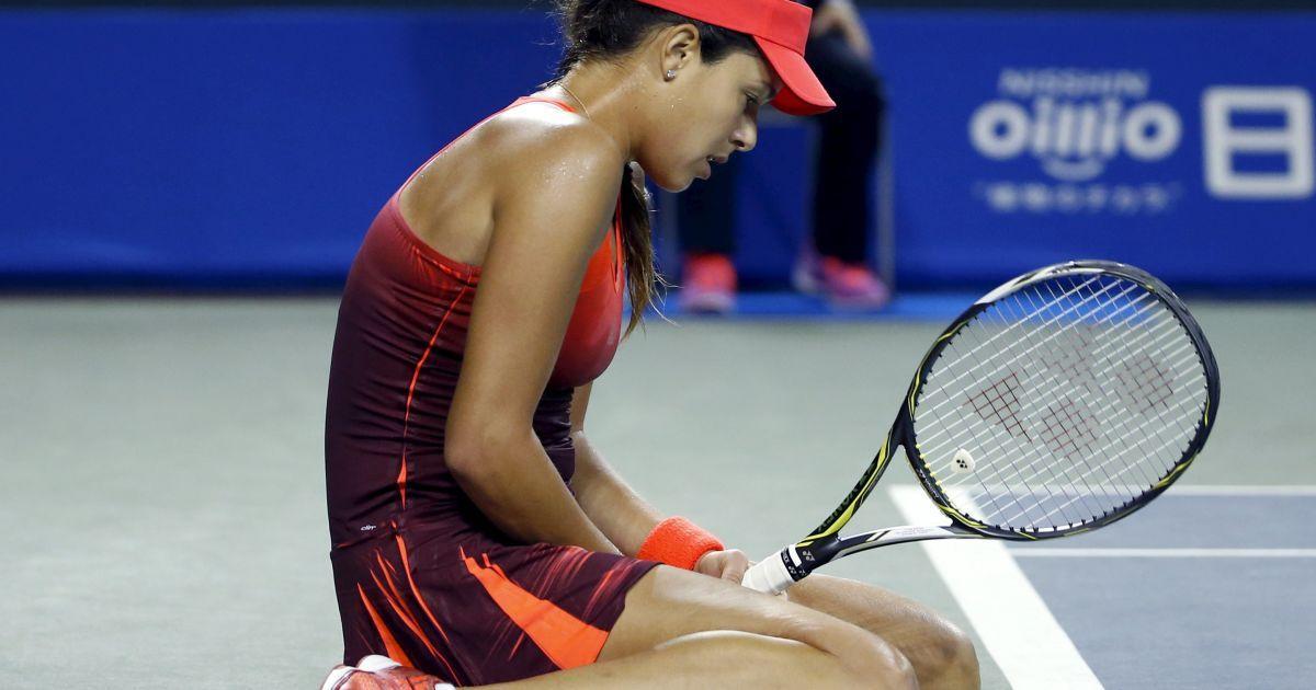Ана Иванович грустит после проигрыша тенистке из Словакии Доминике Цибулковой. Сербская спортсменка проиграла сопернице в двух сетах в четвертьфинале турнира в Токио, призовой фонд которого составляет 891 000 долларов. @ Reuters