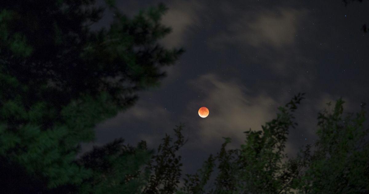 """Над Землей поднялся """"кровавый суперлуние"""" @ Reuters"""