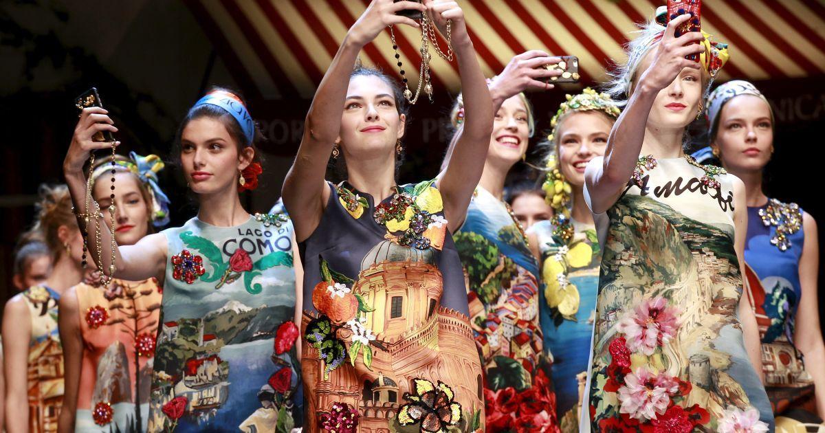 Моделі роблять селфі з мобільних телефонів під час фінального показу колекції Dolce & Gabbana весна/літо 2016 на Тижні моди у Мілані, Італія. @ Reuters