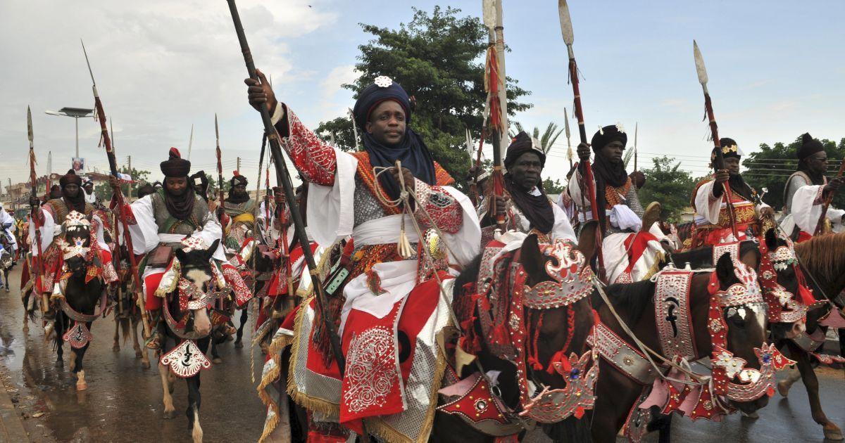 Парад вершників під час святкування фестивалю Салла Дурбар у Нігерії. Старовинна традиція проводити паради вершників сягає тих часів, коли місцеві племена використовували коней для ведення війни. Зараз під час параду вершники демонструють верхову їзду на честь приїзду голови держави. Свято відзначається по завершенню священного для мусульман місяця Рамадан. @ Reuters