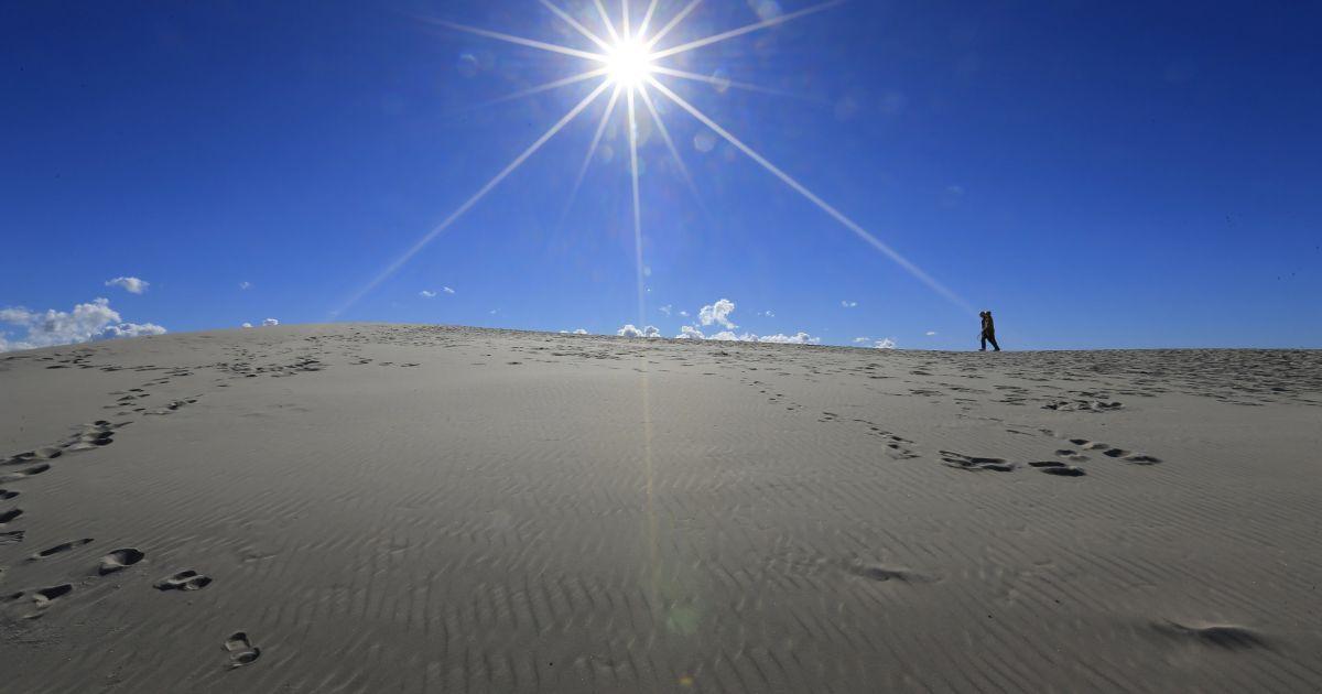 Турист ходить по вершині дюни у Словінському національному парку у Польщі. Ці дюни є найвищими піщаними дюнами у регіоні, їх висота сягає 42 метрів. @ Reuters