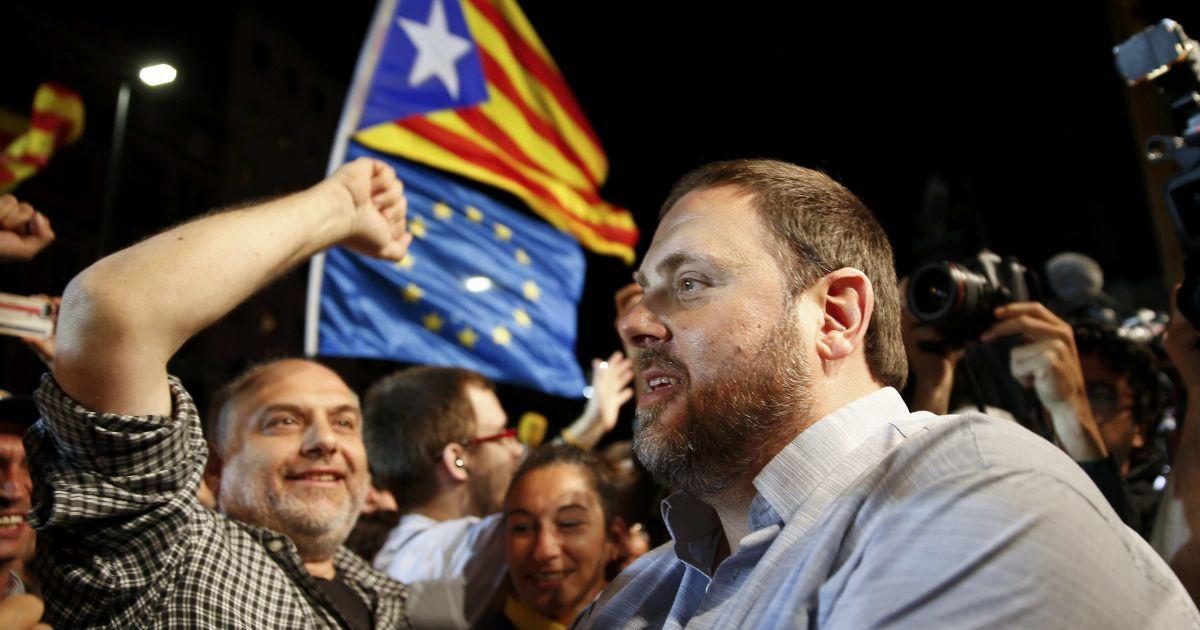 """Лідери партій """"Демократична конвергенція Каталонії"""" і """"Ліві республіканці Каталонії"""" оточені прихильниками після закриття виборчих дільниць після регіональних парламентських виборів у Барселоні, Іспанія. Результати екзит-полів показують, що прихильники незалежності Каталонії виграли вибори і отримують більшість місць у місцевому парламенті. @ Reuters"""