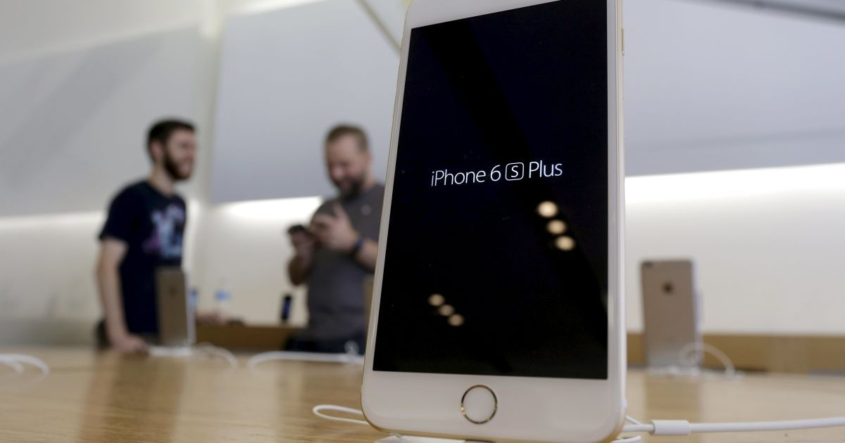Новый iPhone 6S Plus на витрине магазина в Лос-Анджелесе. 25 сентября стартовали официальные продажи iPhone 6S и 6S Plus. В этот день их смогли приобрести жители США, Австралии, Канады, Китая, Великобритании, Франции и Германии. @ Reuters
