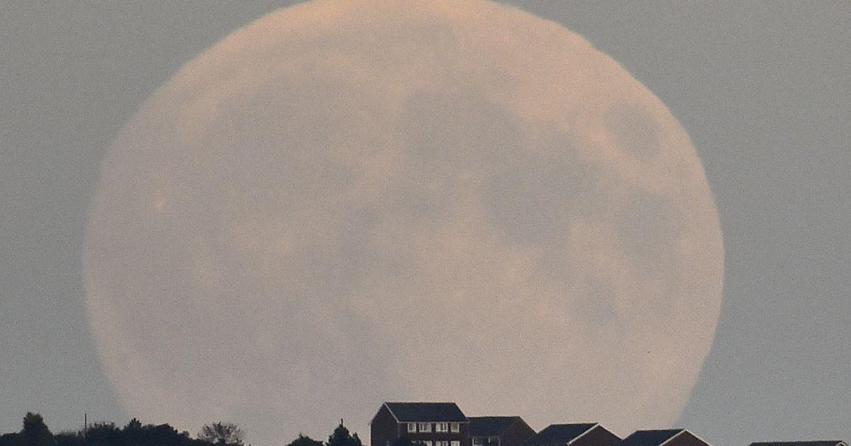 """""""Супермісяць"""" видно у місті Брайтон на півдні Англії. З 27 на 28 вересня жителі всього світу можуть спостерігати """"кривавий супермісяць"""". Коли Місяць входить в тінь Землі, сонячні промені заломлюються в земній атмосфері і перетворюються на червоні. Крім того, в атмосфері дуже багато космічних пилових частинок, крізь які проходять промені. Це і додає Місяцеві такий яскравий кривавий колір. Окрім того, супутник Землі здається більшим, оскільки він опиниться на максимально близькій відстані від нашої планети. @ Reuters"""