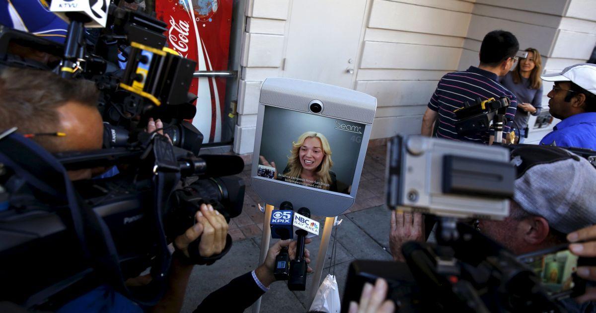 Брианна Лемпес из Сан-Диего дает интервью СМИ после приобретения iPhone 6S, который она купила с помощью робота. Лемпес отправила за покупкой робота, который состоял из самоката, экрана и телефона. @ Reuters
