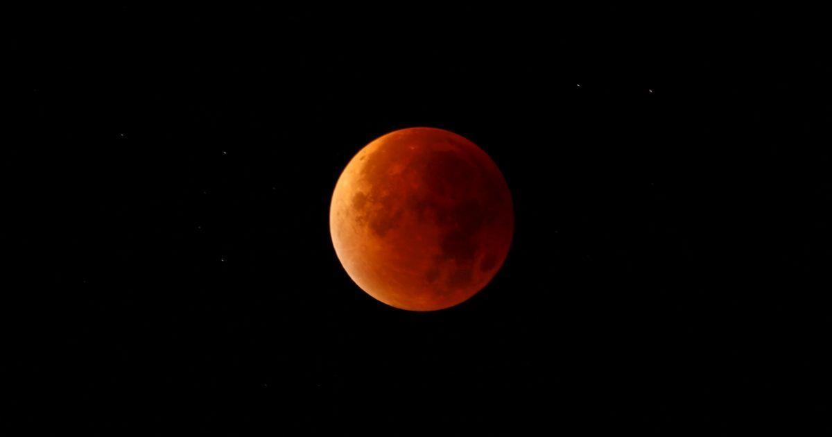 """Над Землей поднялась """"кровавая суперлуна"""" @ Reuters"""