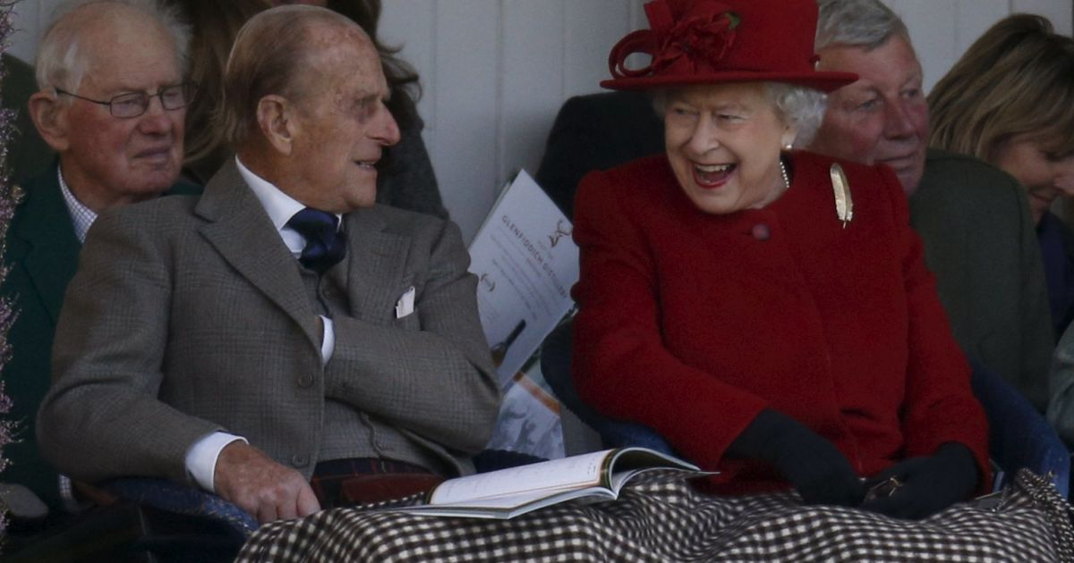 Королева Великобритании Елизавета и принц Филипп смотрят за традиционными гонками в мешках в шотландском городе Бремор @ Reuters
