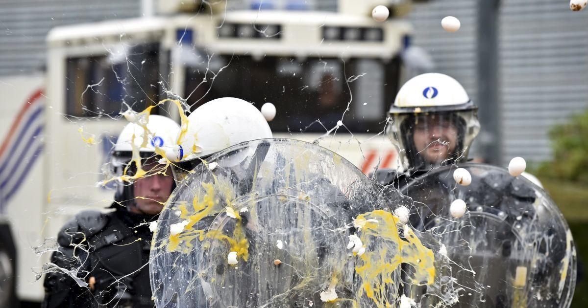 Во время акции протеста фермеров в столице Евросоюза Брюсселе (Бельгия). Тысячи аграриев со всей Европы требуют повысить цены на сельхозпродукцию, чтобы спасти отрасль @ Reuters