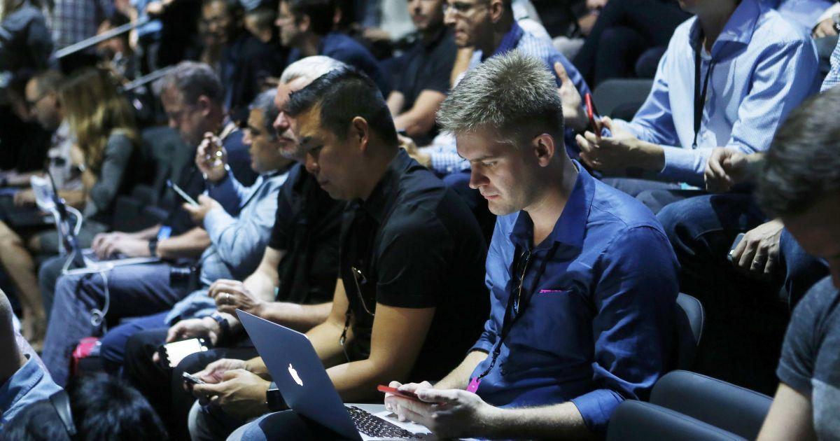 """Россияне могут остаться без продукции Apple из-за """"гомосексуальных"""" смайликов"""