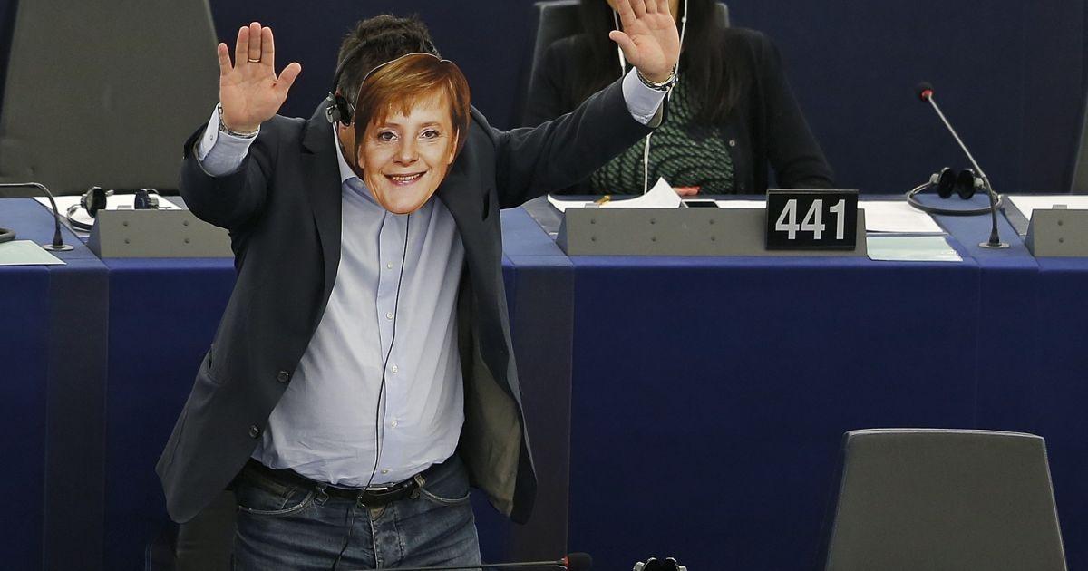 Депутат Европарламента от Италии Джанлука Буананно надел маску с изображением канцлера Германии Ангелы Меркель. Парламентарий сделал это во время послания президента Еврокомиссии Жан-Клода Юнкера. Германия согласилась принять часть беженцев, заполонивших Европу. Юнкер призвал и другие страны ЕС принять мигрантов, которых с начала года приехало в Европу 365 тысяч @ Reuters
