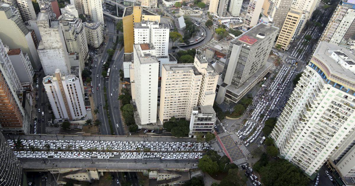 Таксисты заблокировали центр города Сан-Паулу в Бразилии. Они протестуют против обязательного использования онлайн-услуги заказа такси через сервис «Убер». Подобный протест был и во Франции. Там водители были недовольны тем, что в «Убер» могло зарегистрироваться любое лицо и предоставлять более дешевые услуги такси, не платя при этом налоги и другие отчисления @ Reuters