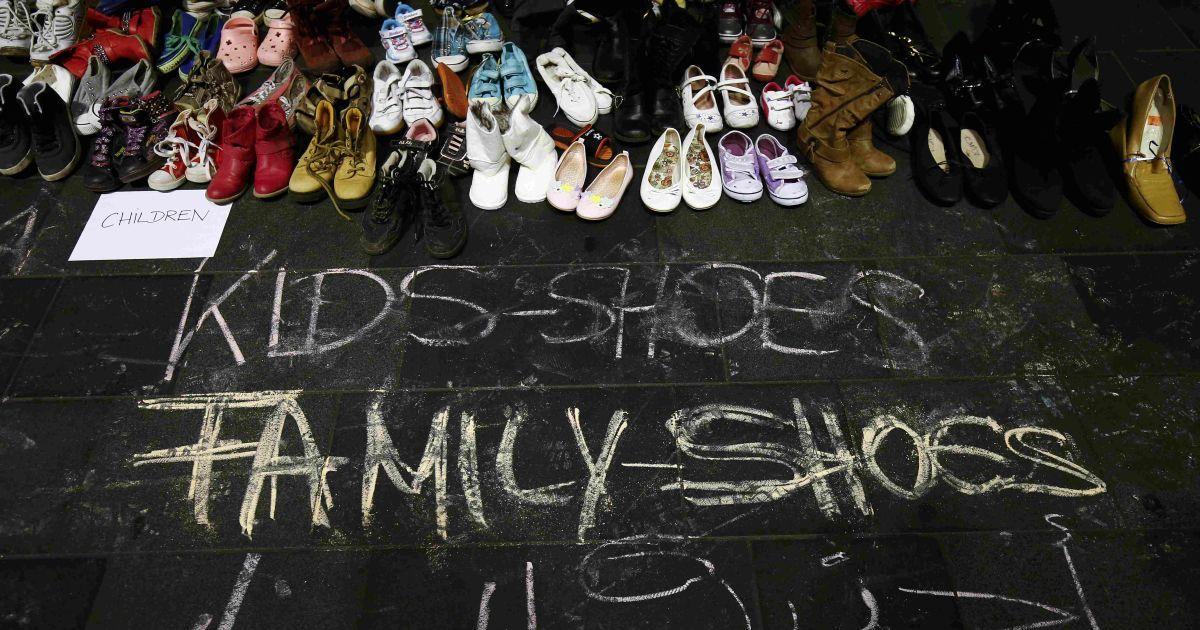 Жители немецкого города Франкфурт принесли на железнодорожный вокзал детскую обувь. Этой акцией люди показывают, что готовы принять беженцев, которые тысячами хотят мигрировать в Евросоюз. Австрия и Германия 5 сентября открыли свои границы для тысяч изможденных мигрантов @ Reuters