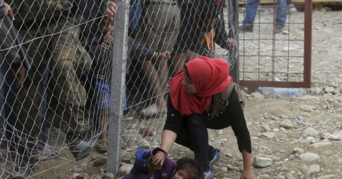 Полиция Македонии пытается остановить мигрантов, которые хотят  сесть на поезд в Европу. Начиная с июня Македония приняла более 60 тысяч беженцев, преимущественно из Сирии, где продолжается война @ Reuters