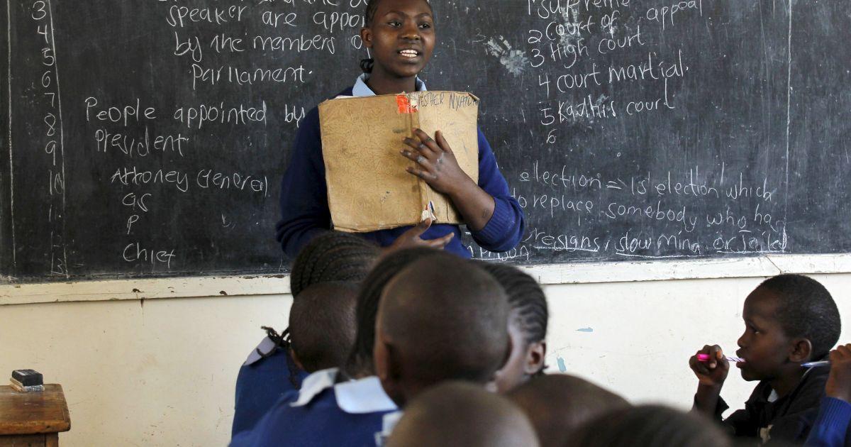 12-летняя Сара Насира проводит вместо учителя урок в школе в столице Кении Найроби. Кенийские учителя не вышли на работу, требуя повышения зарплаты на 50-60%, как это постановил Верховный суд этой страны еще в августе @ Reuters