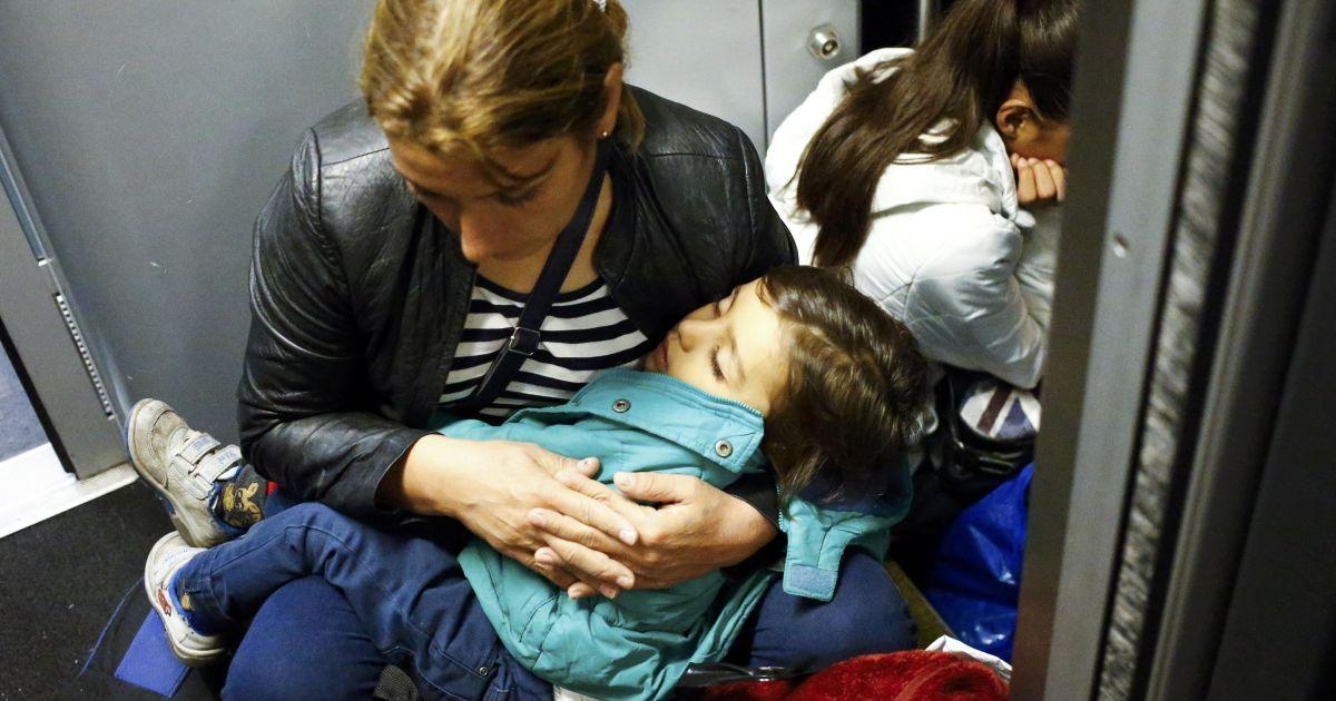 Беженка с ребенком сидит на полу на железнодорожном вокзале в городе Хедьешхалом в Венгрии, ожидая поездки в ЕС. Австрия и Германия 5 сентября открыли свои границы для тысяч изможденных мигрантов @ Reuters
