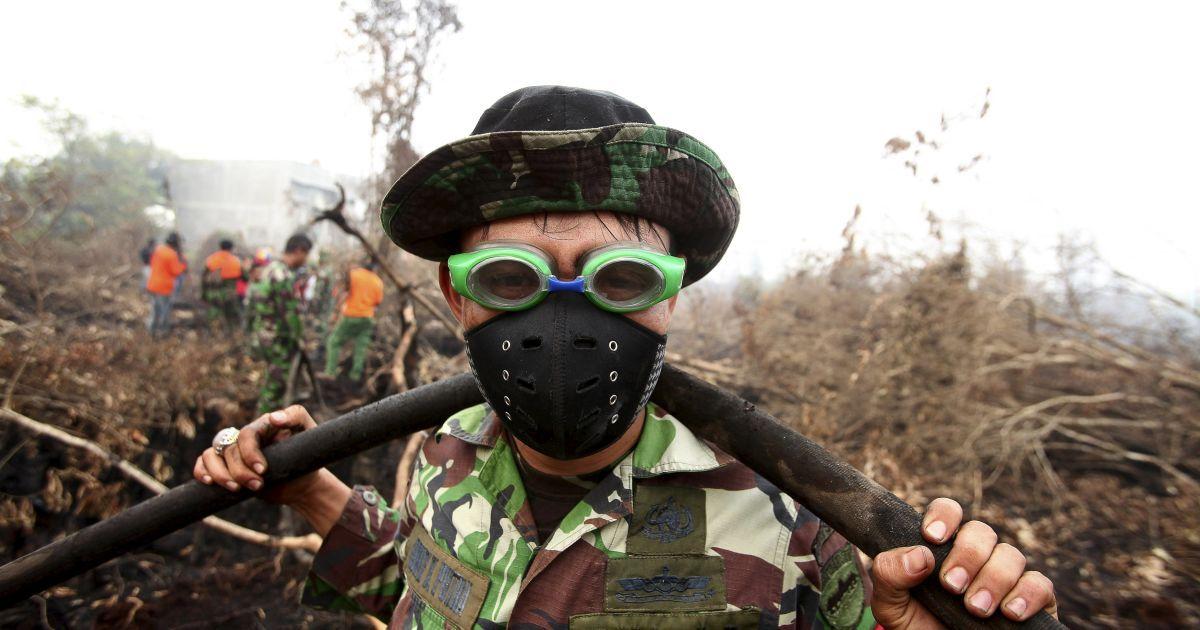 Индонезийский солдат надел очки для плавания, чтобы защититься от дыма, возникшего вследствие пожара в лесу и на торфяниках в Индонезии. Сезонные лесные пожары также охватывали большие части острова Суматра и Калимантан @ Reuters