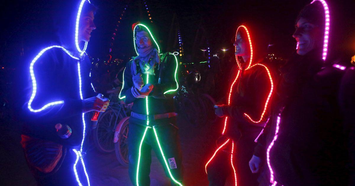 Люди оделись в светодиодные костюмы во время ежегодного фестиваля Burning Man, который стартовал в пустыне Блэк-Рок в американском штате Невада. Нынешнее впечатляющее действо собрало 70 тысяч посетителей из разных уголков мира @ Reuters