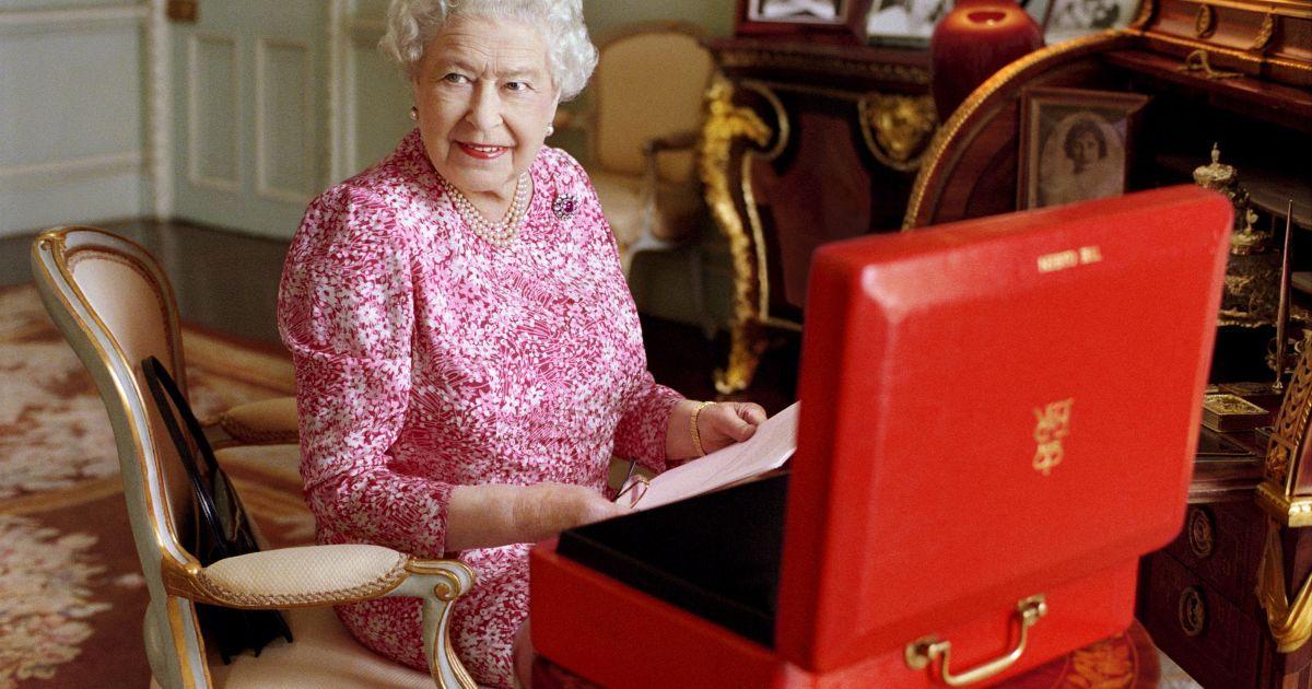 """Королева Великобритании Елизавета II сидит в своей комнате в Букингемском дворце. В красном чемодане она хранит официальные документы. Елизавета II установила абсолютный рекорд длительности правления Великобританией. 89-летняя королева """"побила"""" рекорд своей прабабушки, королевы Виктории, обогнав ее на один день и став монархом, который дольше всех правил страной – 63 года 7 месяцев и 2 дня (23 226 дней) @ Reuters"""
