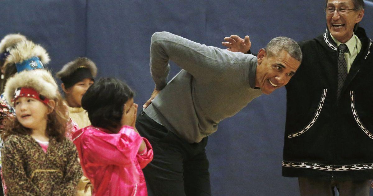Во время визита на Аляску президент США Барак Обама танцевал с детьми. После этого у него заболела спина @ Reuters