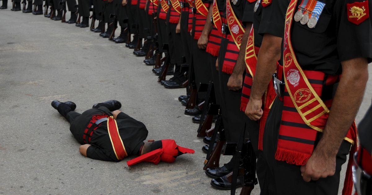 Индийский солдат потерял сознание во время церемонии в честь 50-летия войны между Индией и Пакистаном @ Reuters