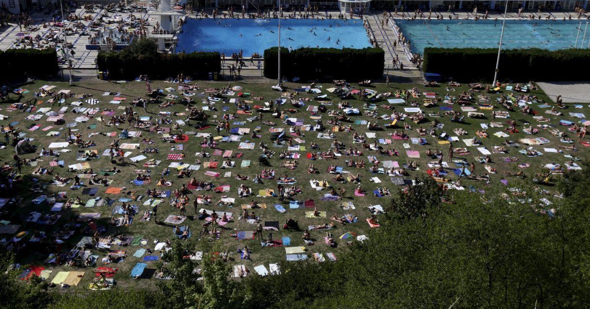 Европа вновь страдает от жары - жители Праги массово спасаются возле воды @ Reuters
