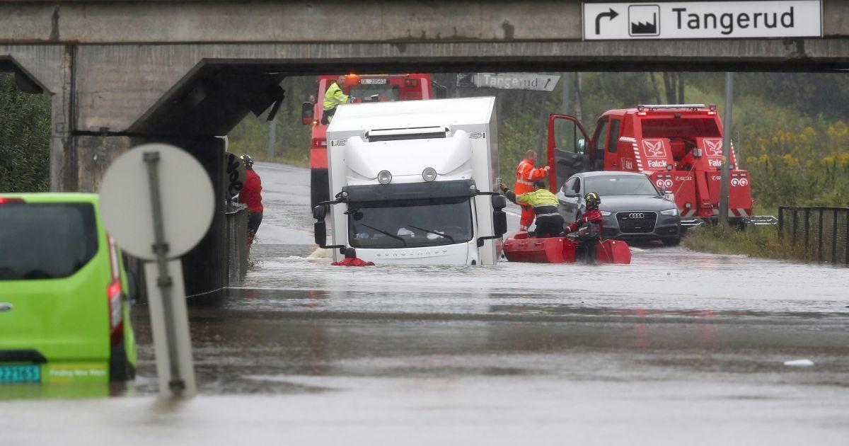 Во время масштабного паводка из-за проливных дождей в городе Лоренског в Норвегии. Синоптики предупреждают о новых сильных ливнях @ Reuters