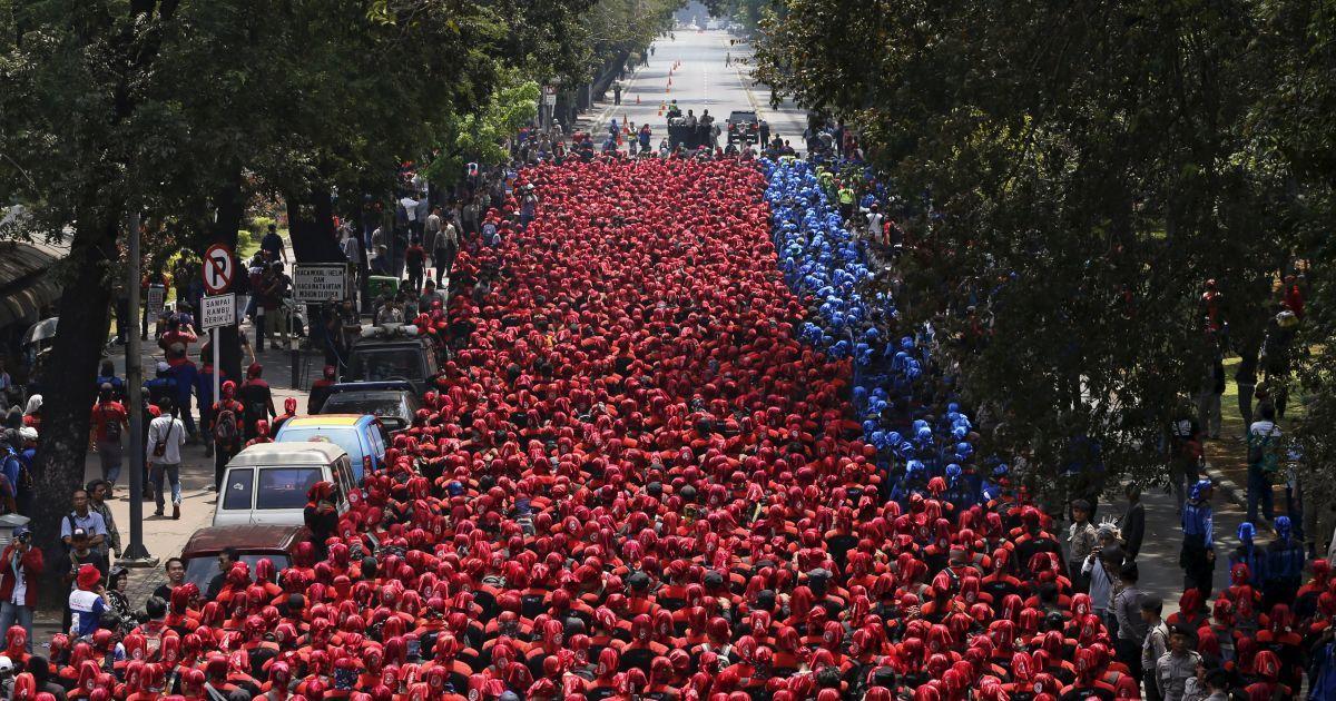 Індонезійці протестують біля президентського палацу в Джакарті проти скорочення робочих місць та вимагають підвищити зарплати @ Reuters