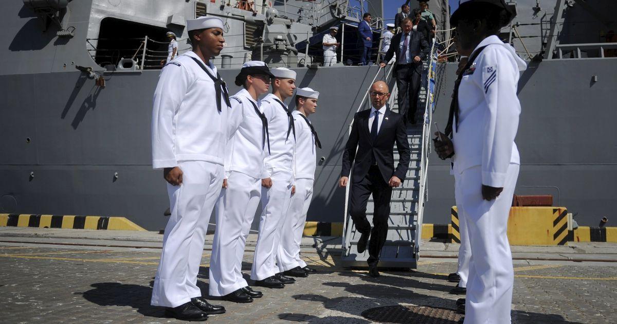 Прем'єр-міністр Арсеній Яценюк під час відвідання та знайомства з командою есмінця США USS Donald Cook, що братиме участь у багатонаціональних морських військових навчаннях Sea Breeze-2015 в Одесі @ Reuters
