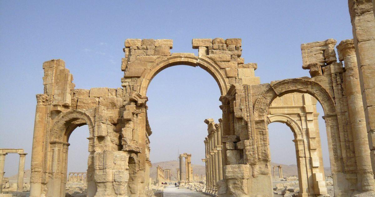 ИГ взорвало древнюю триумфальную арку в Пальмире