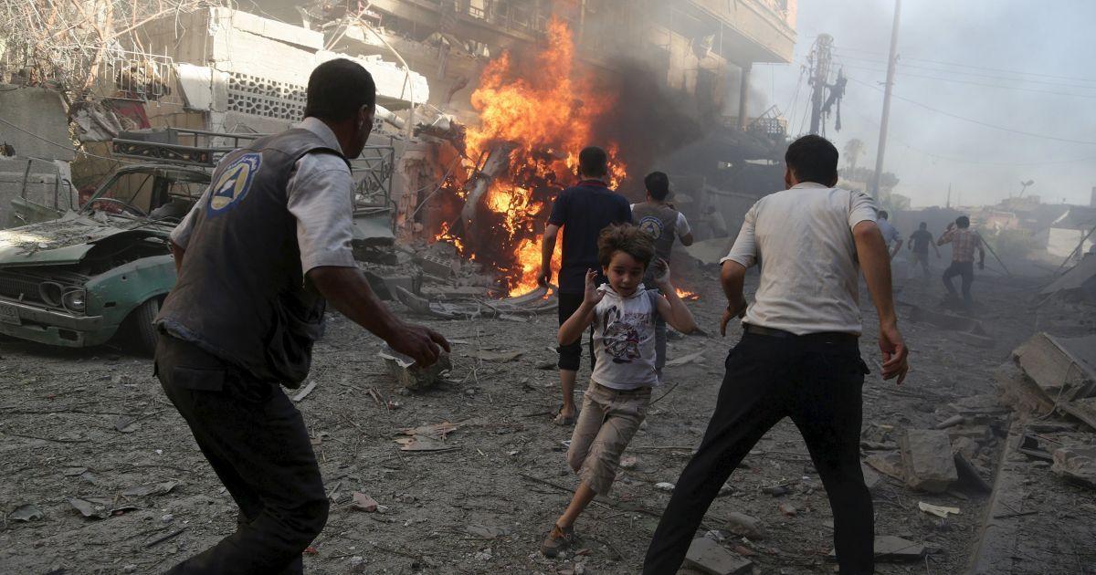 Люди в панике бегут во время авиаударов по городу Дума в Сирии со стороны сил Башара Асада. В Сирии продолжается кровопролитная гражданская война, унесшая жизни более 200 тысяч людей. @ Reuters