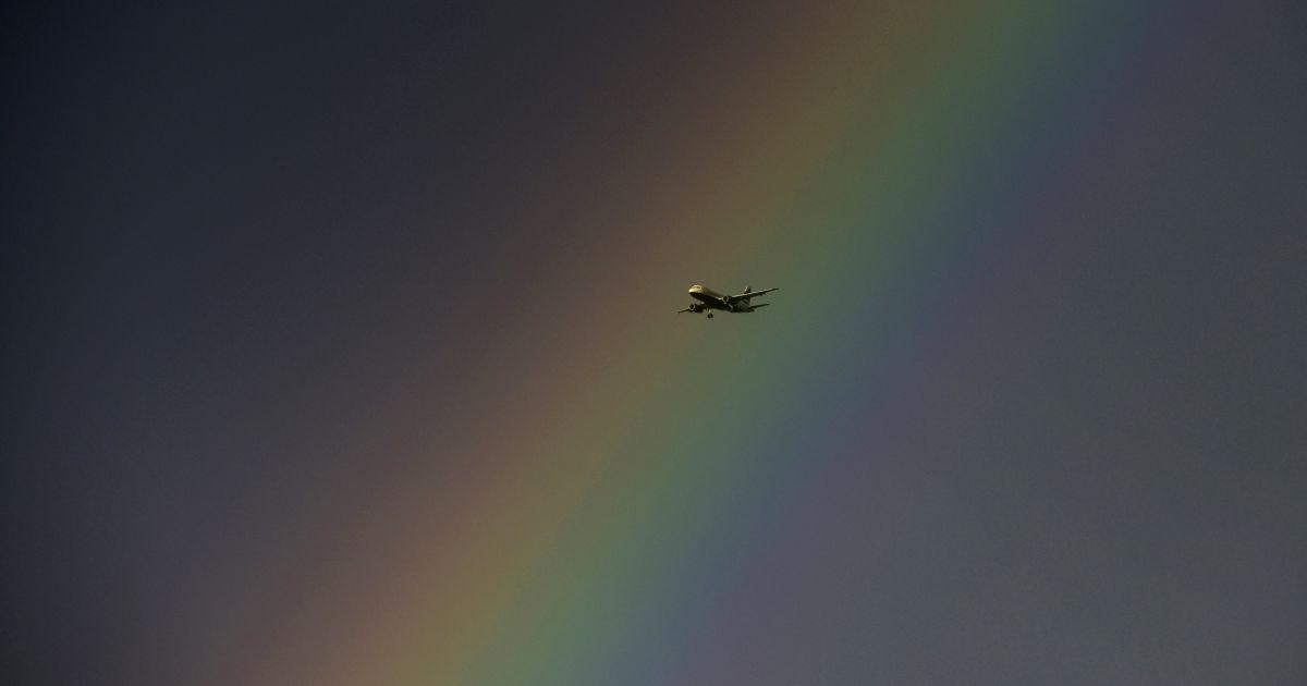 Літак летить на тлі веселки в Лондоні @ Reuters