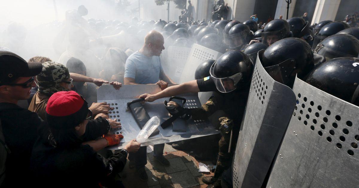 Були поранені десятки силовиків @ Reuters