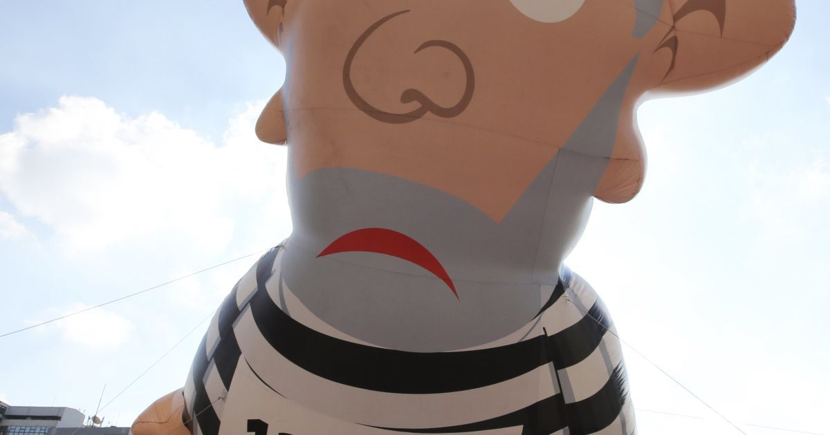 Гигантская надувная кукла, изображающая бывшего президента Бразилии Луиса Игнасио Лула да Силва. При его президентстве экономика страны резко возросла. Теперь же страной руководит Дилма Руссефф – экономика Бразилии упала на 1,9%. С куклой протестующие в городе Сан-Паулу митингуют против политики Руссефф @ Reuters