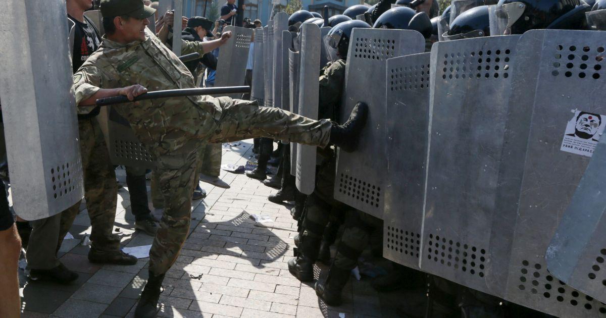 Порошенко обвинил олигархов в финансировании кровавых столкновений под Радой