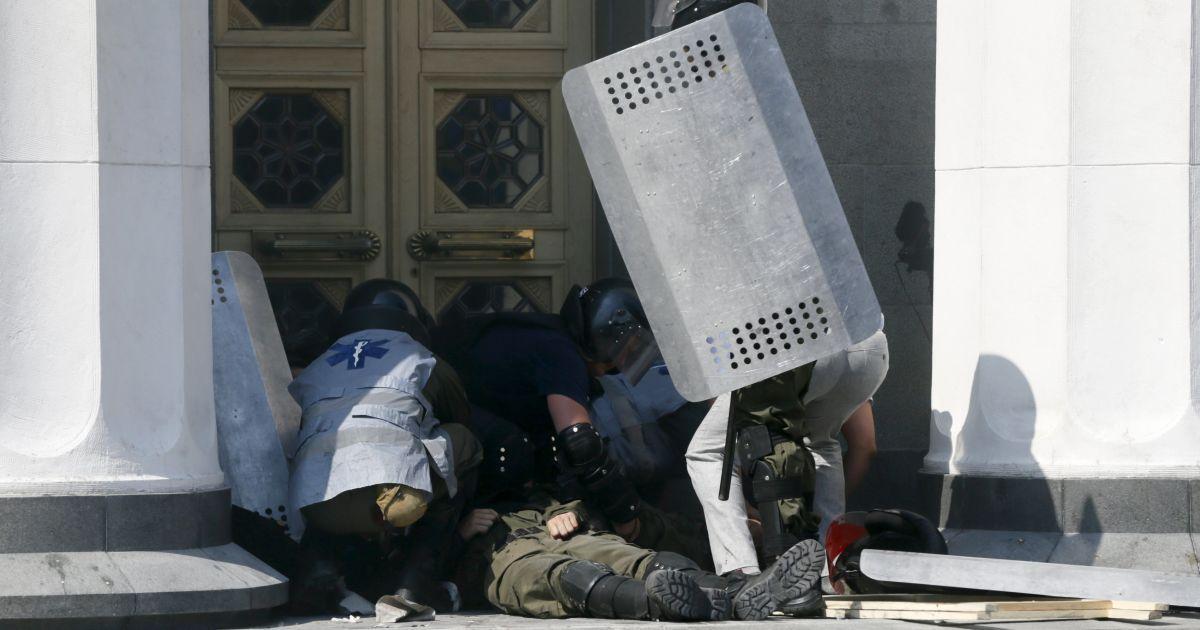 В две больницы Киева доставили 79 пострадавших в столкновениях под Радой