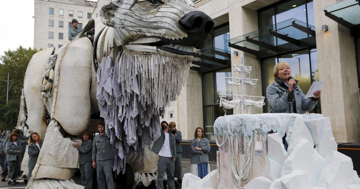 Британская актриса Эмма Томпсон читает стихотворение во время экологической акции протеста у здания штаб-квартиры нефтегазодобывающего гиганта Shell в центре Лондона @ Reuters