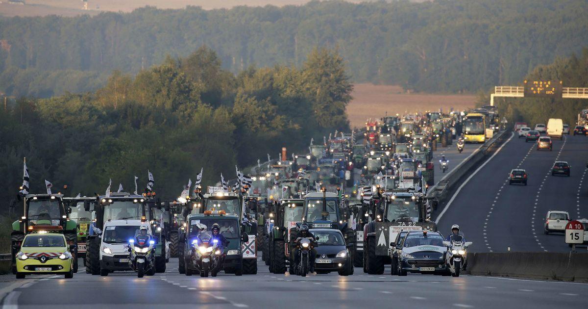 Сотни тракторов едут в Париж. В этот день французские фермеры протестовали против низких цен на сельхозпродукцию в ЕС @ Reuters