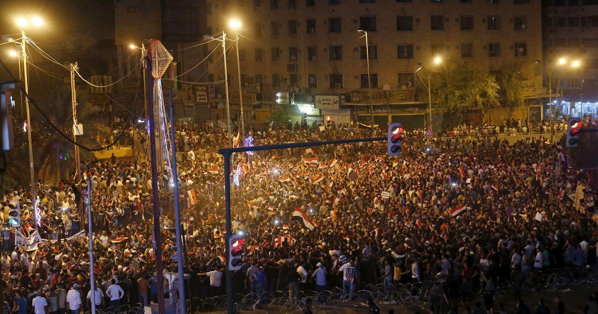 Десятки тысяч жителей иракского Багдада протестуют против плохого качества основных услуг, перебоев в подаче электроэнергии и призывают наказывать коррумпированных политиков. Протесты вспыхнули по всей стране @ Reuters