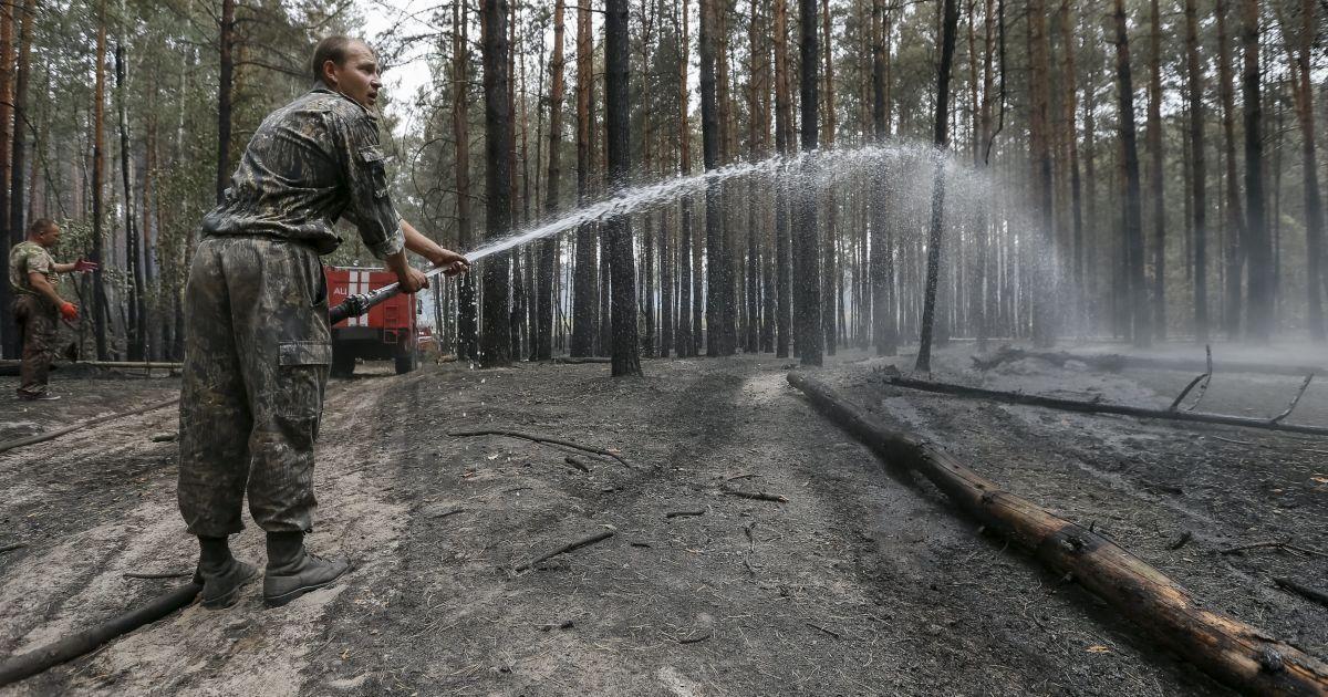 Пожарные тушат лесной пожар под Киевом, из-за которого столицу затянуло едким дымом @ Reuters