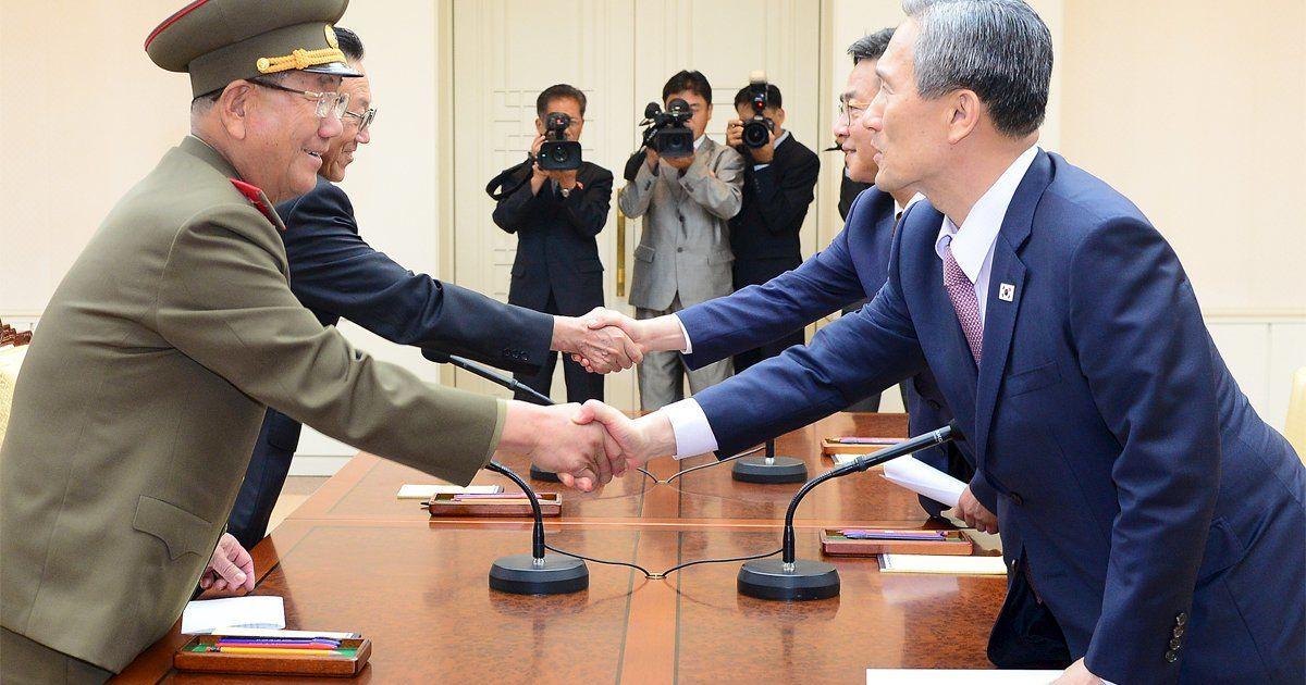 Южная и Северная Кореи завершили переговоры по деэскалации конфликта на границе. КНДР пообещала не обстреливать территорию соседнего государства, а Южная Корея уберет громкоговорители, которые спровоцировали конфликт. @ Reuters