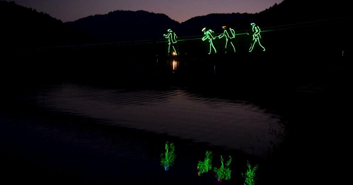 """Туристы в светодиодных освещенных костюмах путешествуют по эко-парка в Чанша, Китай. Более 100 человек присоединились к 1,5-км """"дрейфующегму туру"""" по реке в парке. Туристы были обеспечены светодиодными костюмами и передатчиками. @ Reuters"""