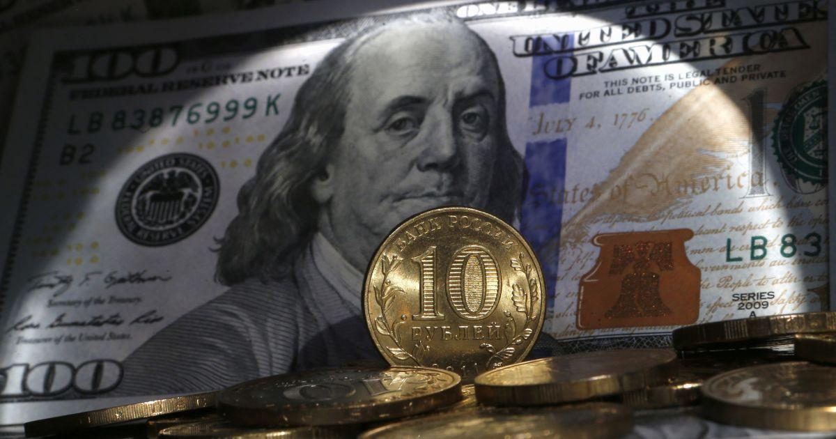 На Московской бирже стремительно обесценился российский рубль. Безудержное падение продолжается