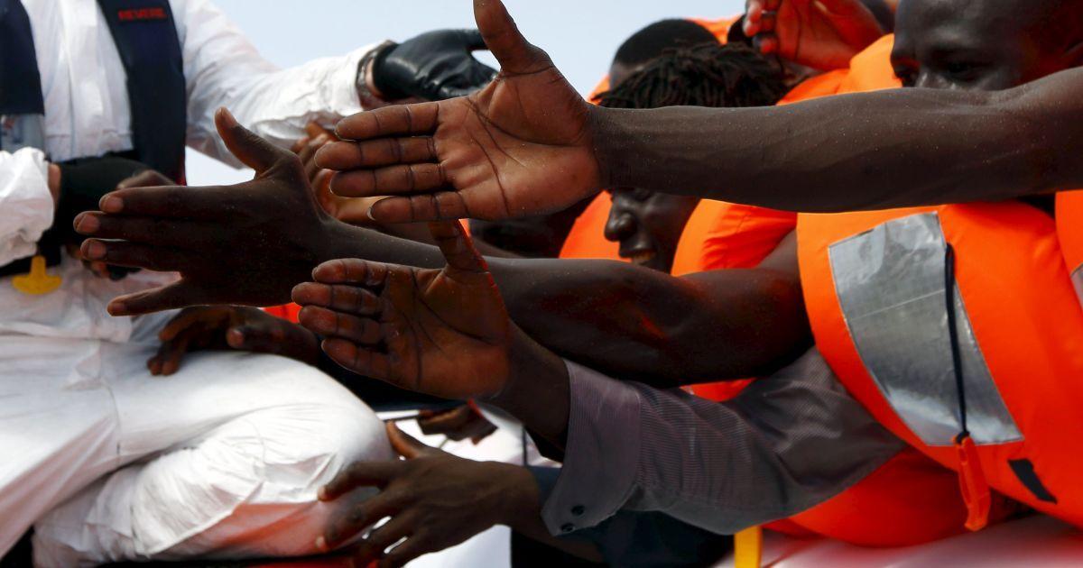 """Новейший """"Титаник"""": сотни мигрантов не смогли выбраться из заблокированного трюма лодки в Средиземном море"""