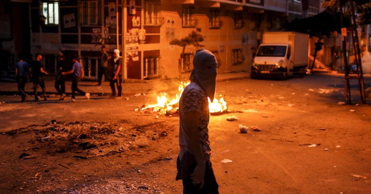 Кровавый день в Турции: боевики взорвали две тонны взрывчатки возле полицейского участка