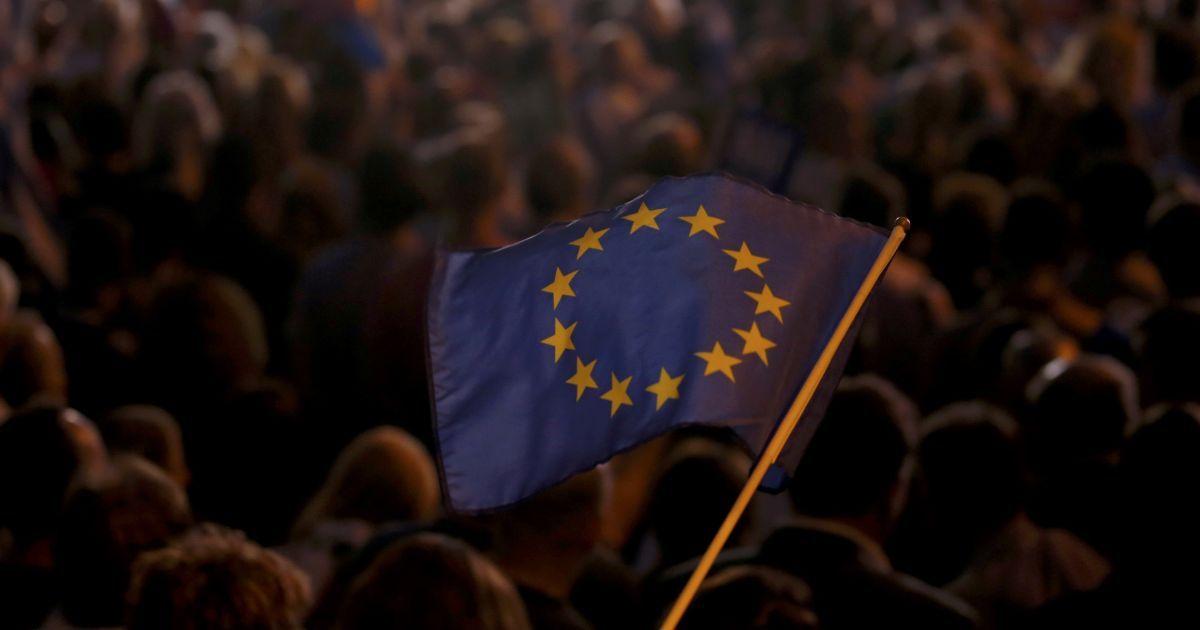 Кредитный рейтинг Евросоюза понизили до негативного