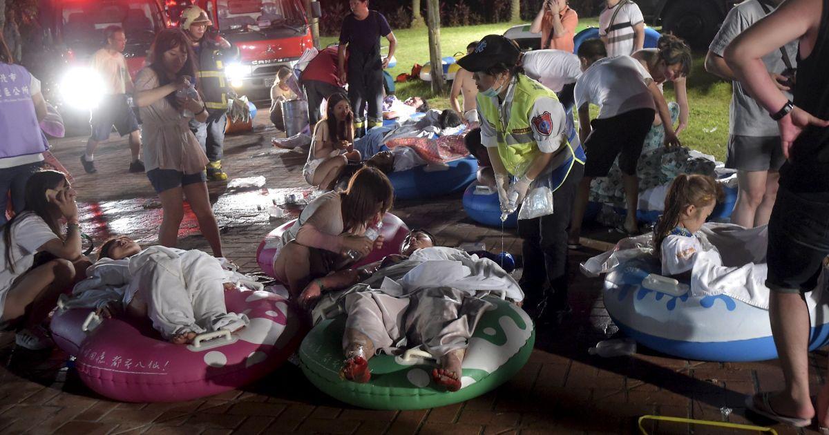 Многим пострадавшим от взрыва оказывали помощь прямо на месте трагедии. @ Reuters