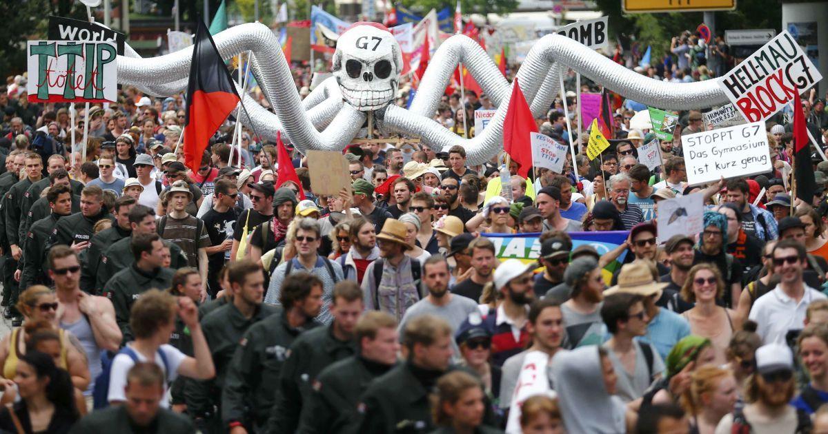 "Антиглобалисты протестуют против ""Большой семерки"". @ Reuters"